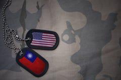 Armeefreier raum, Erkennungsmarke mit Flagge von Staaten von Amerika und Taiwan auf dem kakifarbigen Beschaffenheitshintergrund Lizenzfreie Stockfotos