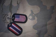 Armeefreier raum, Erkennungsmarke mit Flagge von Staaten von Amerika und Thailand auf dem kakifarbigen Beschaffenheitshintergrund stockfoto