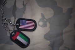 Armeefreier raum, Erkennungsmarke mit Flagge von Staaten von Amerika und Vereinigte Arabische Emirate auf dem kakifarbigen Bescha stockfotos