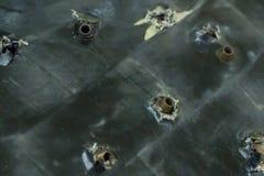 Armeehintergrund Kugelsichere Testrüstungsschutz-Rüstungssturmgewehre gehaftet im Plattenbasisschmutz stockfoto