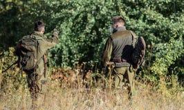 Armeekräfte tarnung Freundschaft von Mannjägern Jagdfähigkeiten und Waffenausrüstung Wie Drehungsjagd in Hobby stockfoto