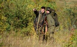 Armeekräfte tarnung Militäruniformmode Freundschaft von Mannjägern Jagdfähigkeiten und Waffenausrüstung wie stockfotografie