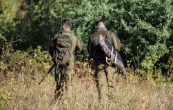 Armeekräfte tarnung Militäruniformmode Freundschaft von Mannjägern Jagdfähigkeiten und Waffenausrüstung wie stockbilder