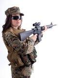 Armeemädchen mit Schutzkappe und Gewehr Lizenzfreie Stockfotografie