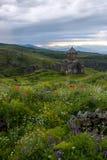 Armeense Kerk Vahramashen in Amberd op de groene heuvel onder DA Royalty-vrije Stock Afbeelding