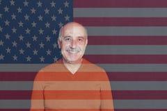 Armeense mens die zich voor de Vlag van de V.S. bevinden Stock Foto