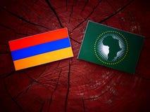 Armeense vlag met Afrikaanse Unie vlag op een boomstomp Stock Foto's