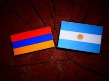 Armeense vlag met Argentijnse vlag op een geïsoleerde boomstomp Royalty-vrije Stock Afbeeldingen