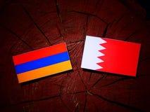 Armeense vlag met Bahreinse vlag op een boomstomp Royalty-vrije Stock Afbeeldingen