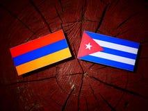 Armeense vlag met Cubaanse vlag op een geïsoleerde boomstomp Stock Afbeeldingen