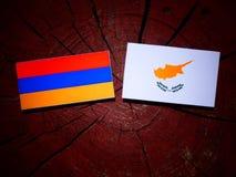 Armeense vlag met Cypriotische vlag op een geïsoleerde boomstomp Royalty-vrije Stock Foto