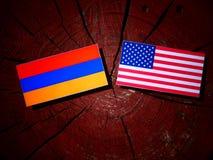 Armeense vlag met de vlag van de V.S. op een geïsoleerde boomstomp Stock Afbeeldingen