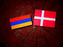 Armeense vlag met Deense vlag op een geïsoleerde boomstomp Royalty-vrije Stock Afbeelding