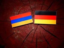 Armeense vlag met Duitse vlag op een boomstomp Stock Afbeelding