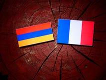 Armeense vlag met Franse vlag op een geïsoleerde boomstomp Royalty-vrije Stock Afbeelding
