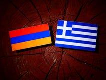 Armeense vlag met Griekse vlag op een geïsoleerde boomstomp Stock Foto