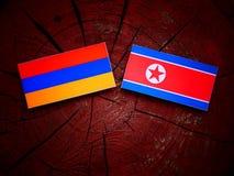 Armeense vlag met het Noorden Koreaanse vlag op een boomstomp Stock Afbeeldingen