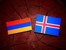 Armeense vlag met Ijslandse vlag op een geïsoleerde boomstomp Stock Foto's