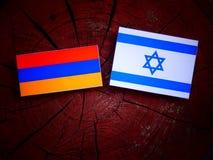 Armeense vlag met Israëlische vlag op een geïsoleerde boomstomp Stock Afbeeldingen