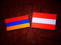 Armeense vlag met Oostenrijkse vlag op een boomstomp Royalty-vrije Stock Foto's