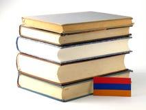 Armeense vlag met stapel van boeken op witte achtergrond Royalty-vrije Stock Foto's