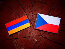 Armeense vlag met Tsjechische vlag op een geïsoleerde boomstomp Royalty-vrije Stock Afbeeldingen