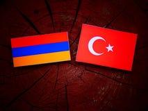 Armeense vlag met Turkse vlag op een boomstomp Stock Afbeeldingen