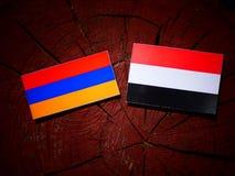 Armeense vlag met Yemeni vlag op een boomstomp Royalty-vrije Stock Foto's