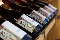 Armeense wijnflessen op de plank stock afbeeldingen