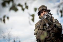 Armeesoldat mit einer Waffe Lizenzfreie Stockfotos