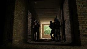Armeesoldaten während der militärischen Operation stock video