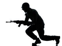 Armeesoldatmann auf Angriff Stockfotografie