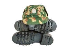 Armeestiefel und -kappe Stockfoto