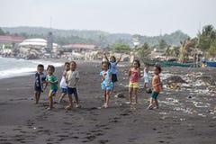Armen aber gesunde Kinder gruppieren Porträt auf dem Strand mit vulkanischem Sand nahe Vulkan Mayon in Legazpi, Philippinen Lizenzfreie Stockbilder