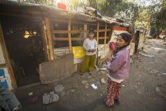 Armen dichtbij hun huizen bij krottenwijken in Tripureshwor-district royalty-vrije stock foto