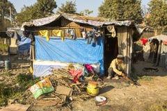 Armen dichtbij hun huizen bij krottenwijken in Tripureshwor-district Stock Afbeeldingen