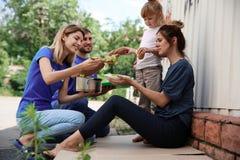 Armen die voedsel van vrijwilligers ontvangen stock foto