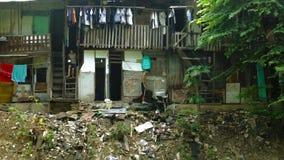 Armen en krottenwijkhuizen stock footage