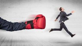 Armen med boxninghandskar slår begrepp för kontorsarbetare royaltyfri bild