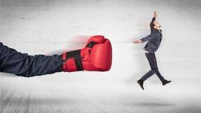 Armen med boxninghandskar slår begrepp för kontorsarbetare royaltyfri fotografi