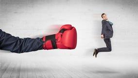 Armen med boxninghandskar slår begrepp för kontorsarbetare arkivbilder