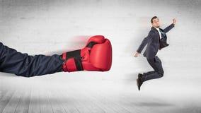 Armen med boxninghandskar sl?r begrepp f?r kontorsarbetare arkivbild