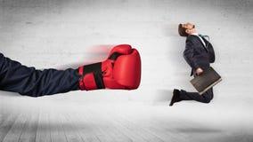 Armen med boxninghandskar sl?r begrepp f?r kontorsarbetare arkivbilder