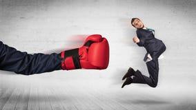 Armen med boxninghandskar sl?r begrepp f?r kontorsarbetare arkivfoto