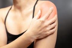 Armen och skuldran för unga kvinnor smärtar skada-, sjukvård- och läkarundersökningbegrepp fotografering för bildbyråer