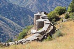 Armenië, vesting Smbataberd hoog in de bergen, 5de eeuw, in de 14de eeuw wordt herbouwd die stock foto