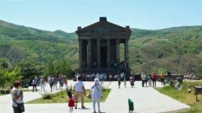 Armenia, Garni- 2017, el 12 de junio Templo armenio antiguo hermoso Garni y turistas metrajes