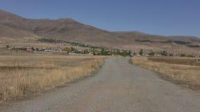 Armenien-, Dorfstraße und Felder Winkelsicht an Aragazotn-Provinz stockfoto