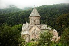 Armenisk kloster mellan bergen i Armenien Arkivbilder