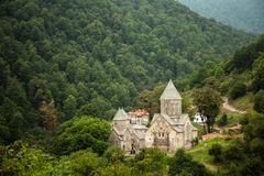 Armenisk kloster mellan bergen i Armenien Royaltyfria Foton